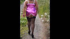 MATURE WIFE OUT WALKING FOR HUNG