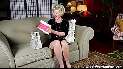 Mature mom can'_t resist her pantyhose fetish