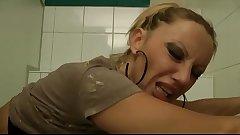 Deutsche MILF fickt 2 fremde Typen auf der Toilette durch